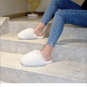 White fuzzy slippers size 5-6 (35-36)